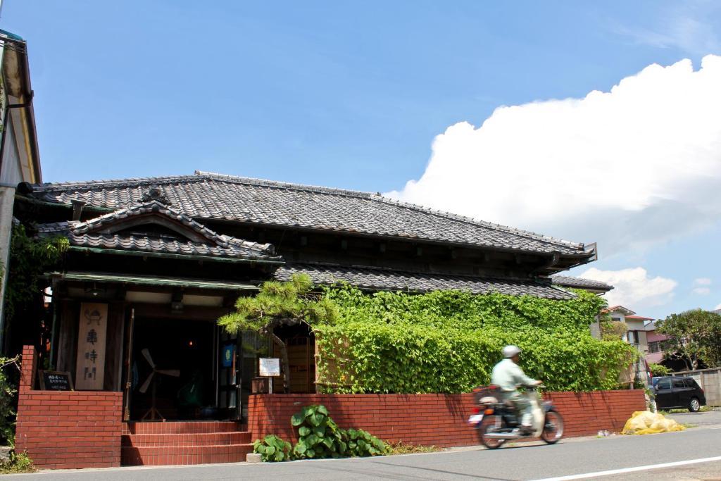 البناء الذي يحتوي بيت الشباب