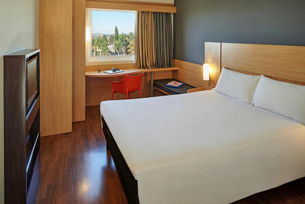Cama ou camas em um quarto em Ibis Sorocaba