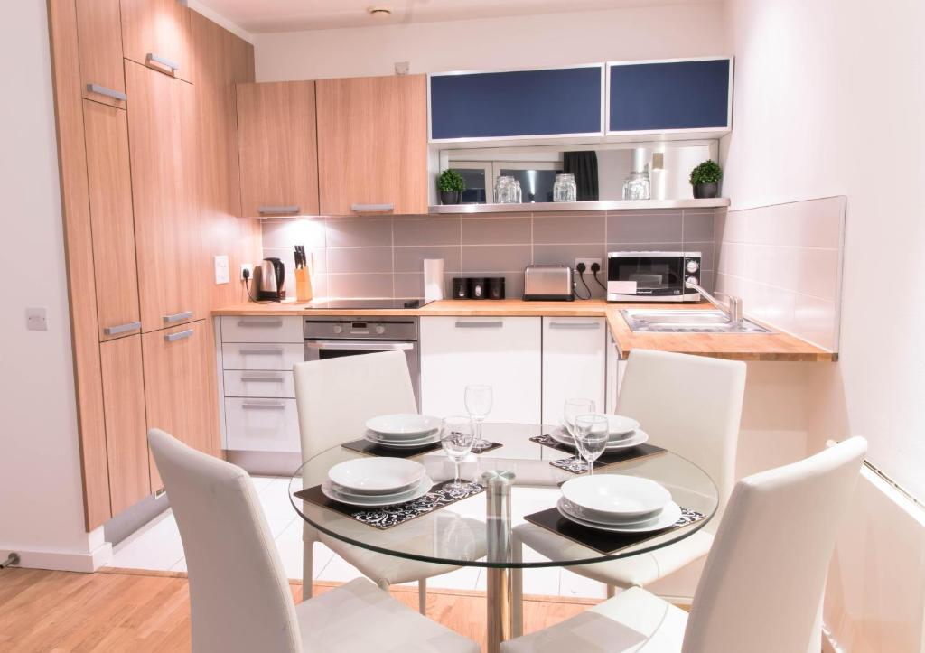 Bonito Armario De La Cocina Se Encarga De Reino Unido Molde - Ideas ...