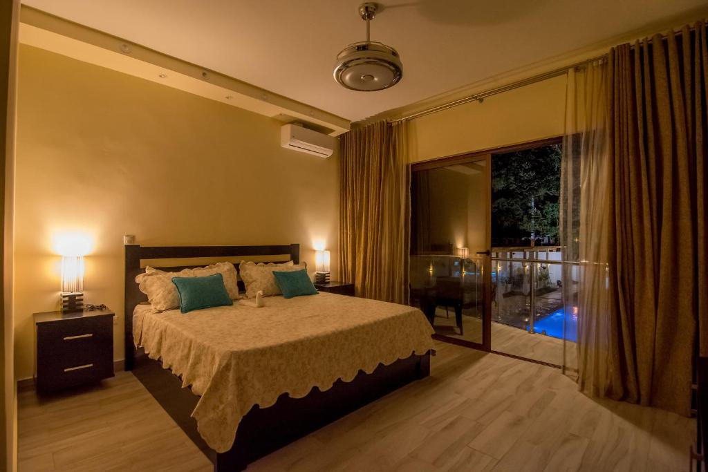 Una cama o camas en una habitación de Caribbean Diamond Boutique Hotel