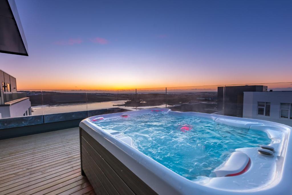 בריכת השחייה שנמצאת ב-Penthouse apt. amazing view & jacuzzi או באזור