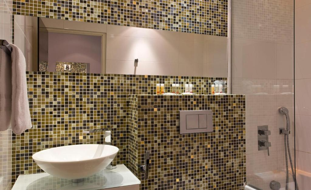 Color design hotel paris online booking viamichelin for Color design hotel