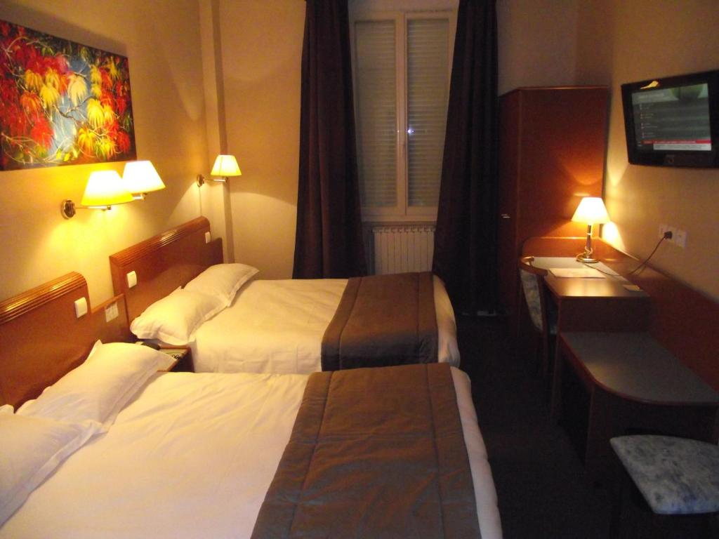 logis hotel des bourbons montlu on book your hotel with viamichelin. Black Bedroom Furniture Sets. Home Design Ideas