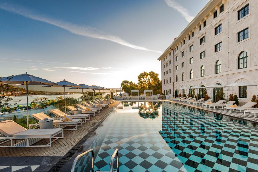 בריכת השחייה שנמצאת ב-Hotel Brown Beach House & Spa או באזור