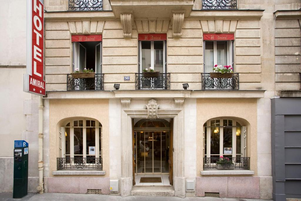 L 39 amiral paris book your hotel with viamichelin for Booking paris hotel