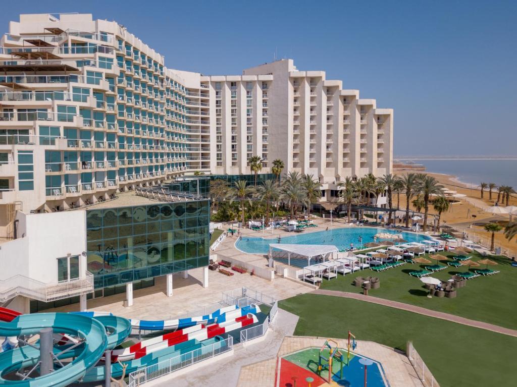 נוף של הבריכה ב-מלון לאונרדו קלאב- הכל כלול או בסביבה