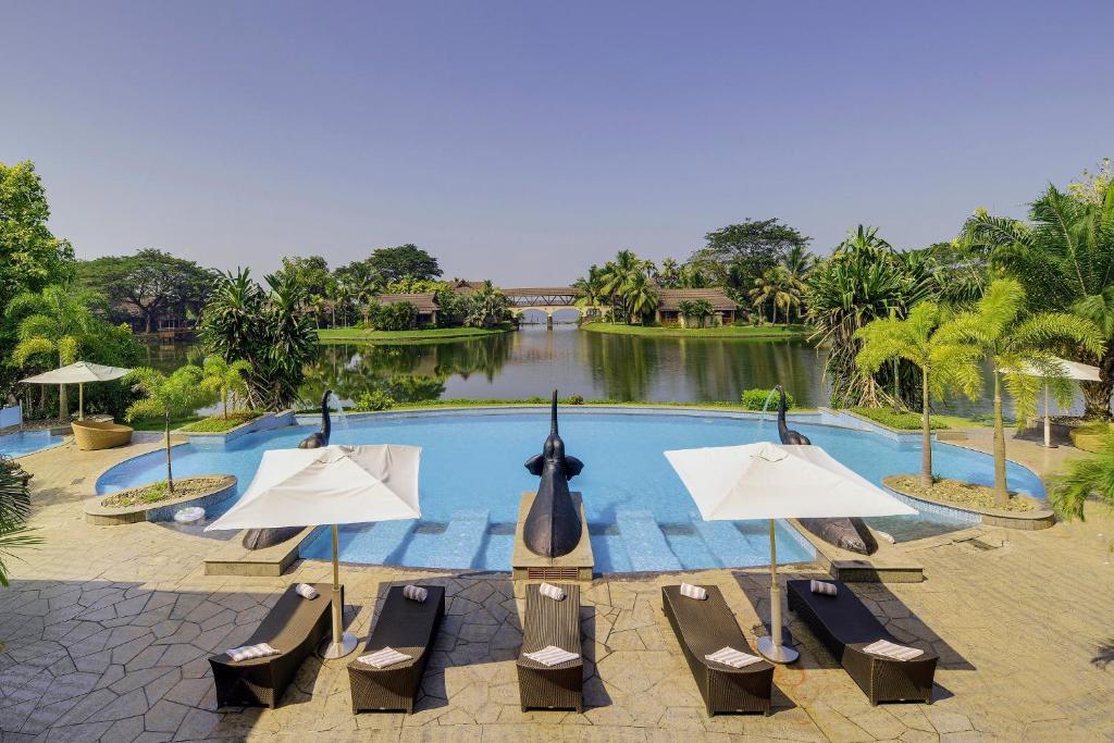 La pileta dentro o cerca de The Zuri Kumarakom Kerala Resort & Spa