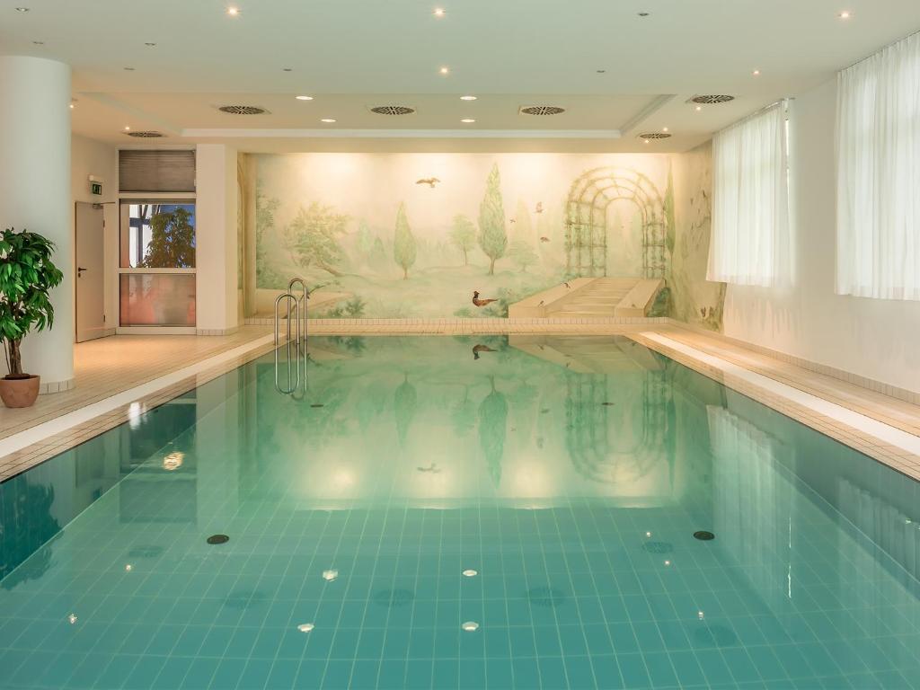 A piscina localizada em Hotel Am Moosfeld ou nos arredores