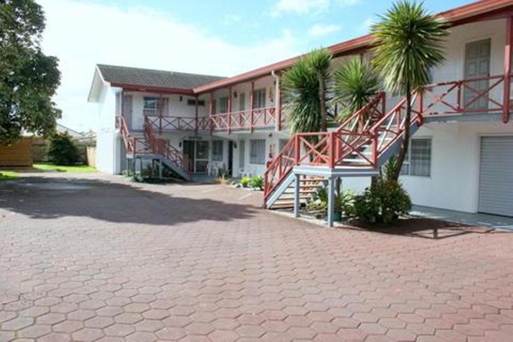 Burgundy rose motel whangarei reserva tu hotel con for Motel con piscina privada