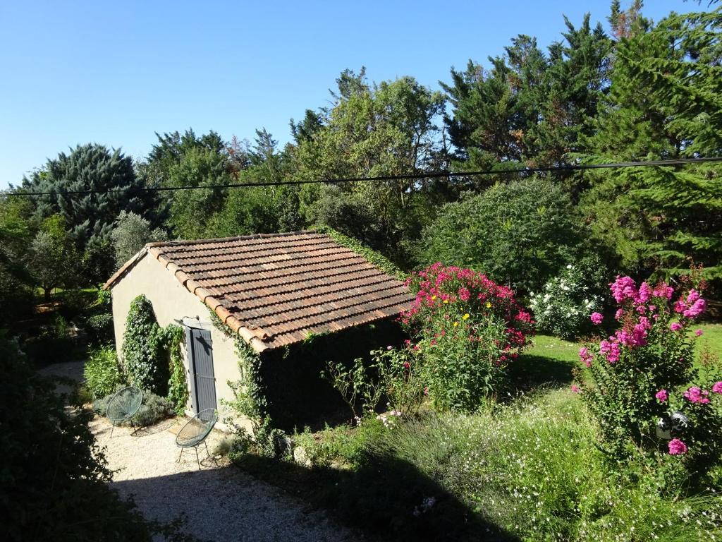 casa de vacaciones petite maison et jardin en provence francia charleval. Black Bedroom Furniture Sets. Home Design Ideas