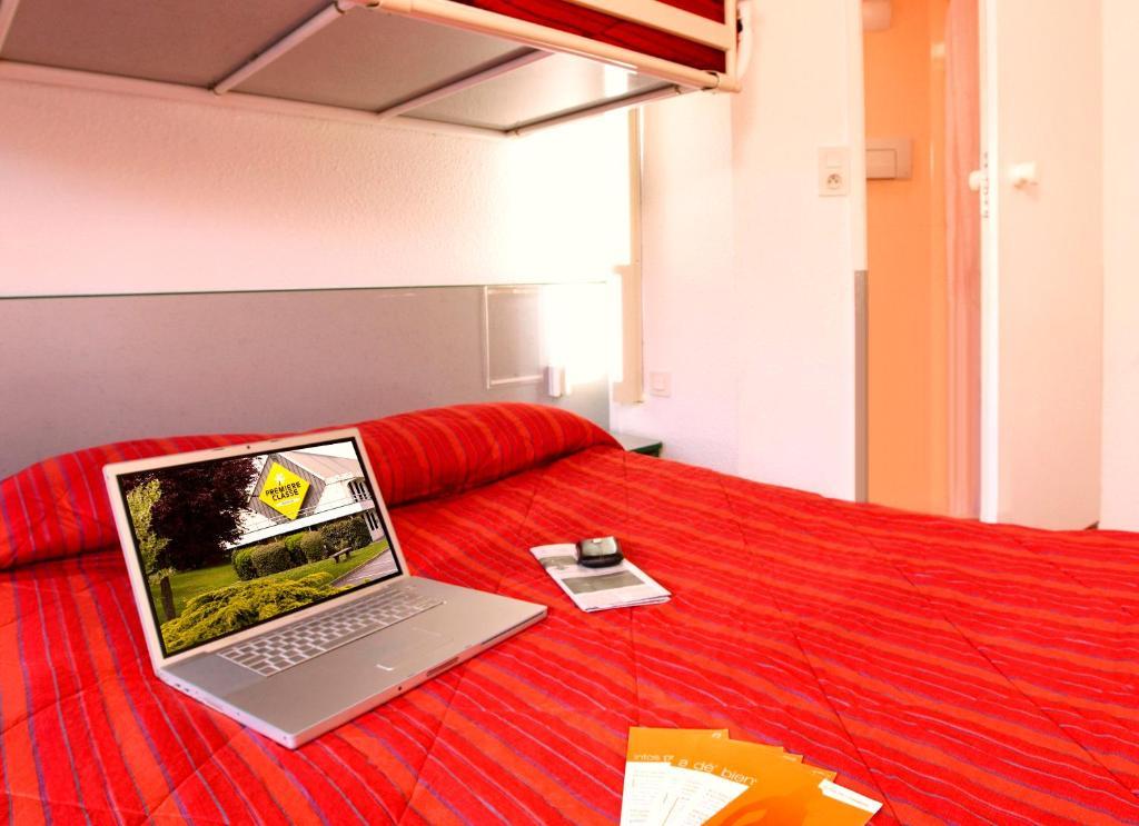 premiere classe lyon est aeroport saint exupery saint laurent de mure book your hotel with. Black Bedroom Furniture Sets. Home Design Ideas