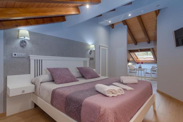 מיטה או מיטות בחדר ב-Hotel La Terraza De Puente Viesgo