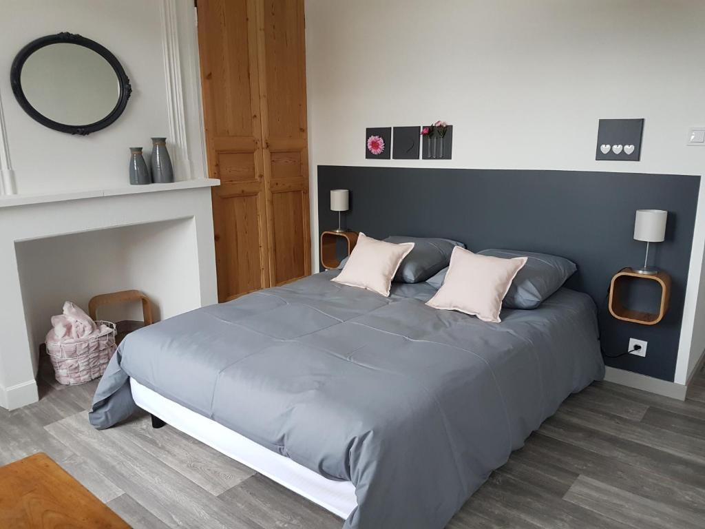 سرير أو أسرّة في غرفة في La Coucherie Chambre d'Hôtes
