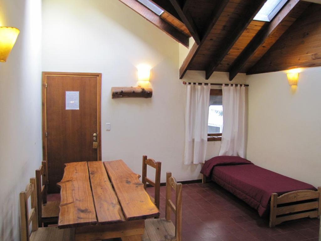 Área para comer en el hostel