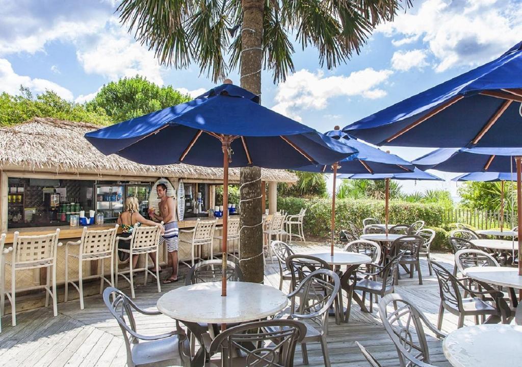Un restaurant u otro lugar para comer en Sea Crest Oceanfront Resort