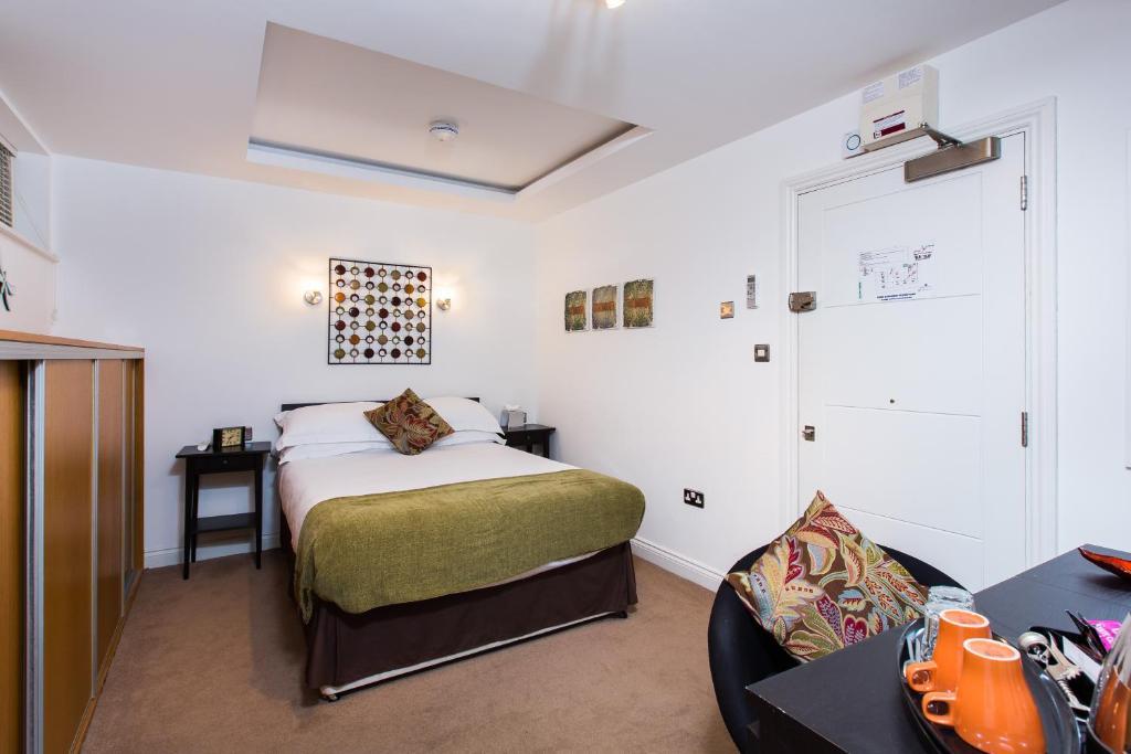 سرير أو أسرّة في غرفة في ذا بودز أت نيل غوين