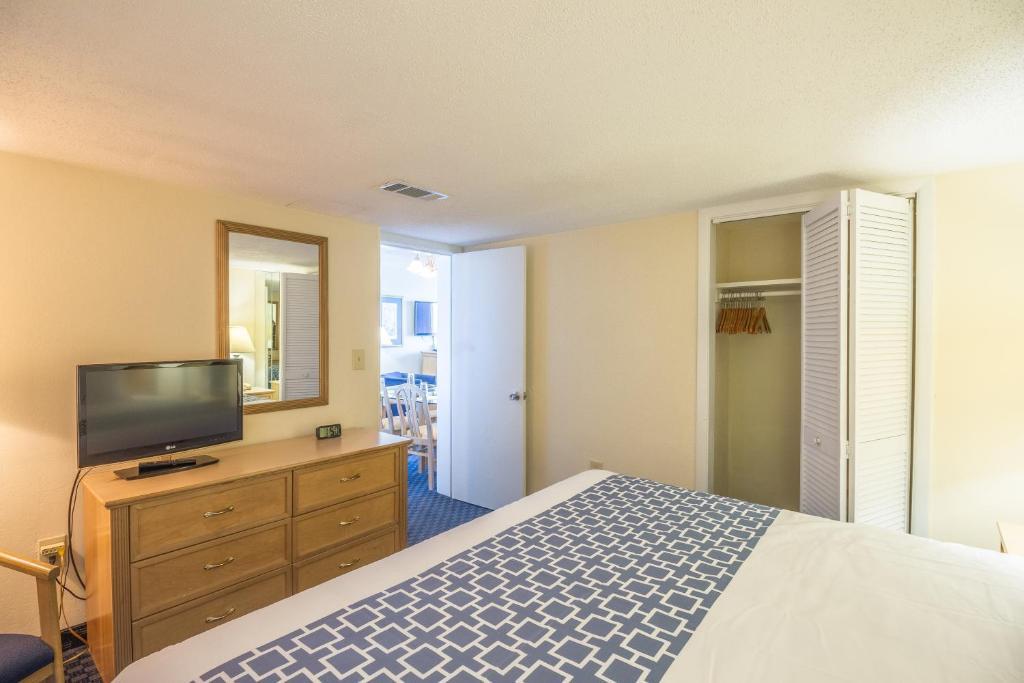Una cama o camas en una habitación de Yachtsman Oceanfront Resort