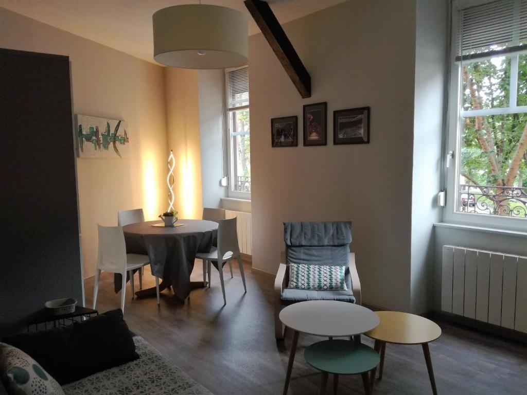 מסעדה או מקום אחר לאכול בו ב-Le Rohan Colmar Centre