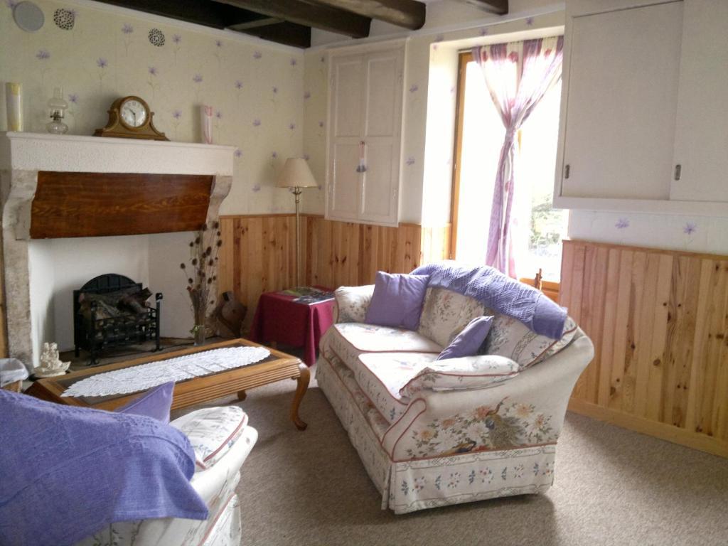 la maison jaune lussac les ch teaux book your hotel. Black Bedroom Furniture Sets. Home Design Ideas