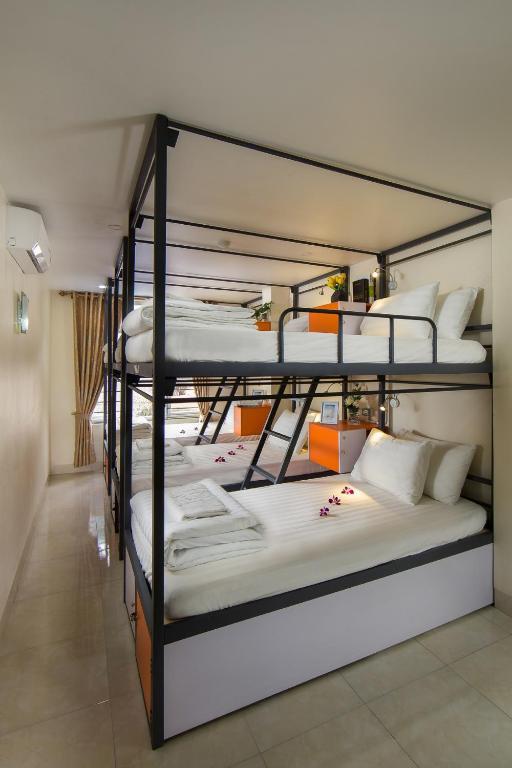 2 Giường Đơn Trong Phòng Ngủ Tập Thể 6 Giường Cho Cả Nam Và Nữ