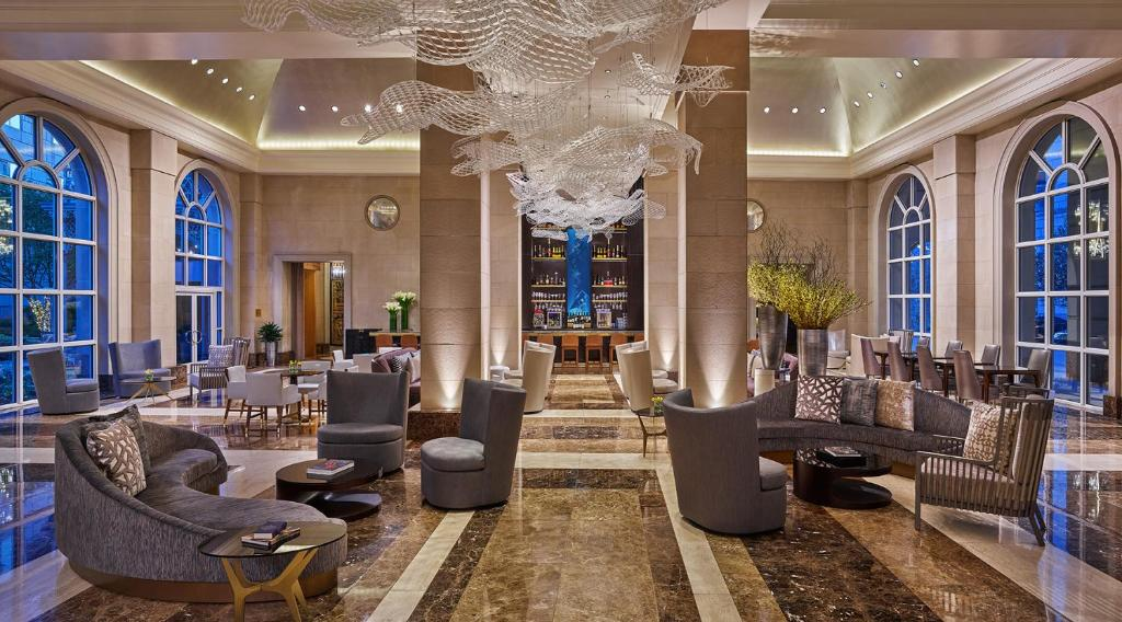 Khu vực lounge/bar tại Hotel Crescent Court