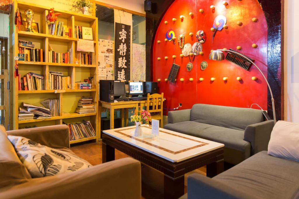 المكتبة في بيت الشباب
