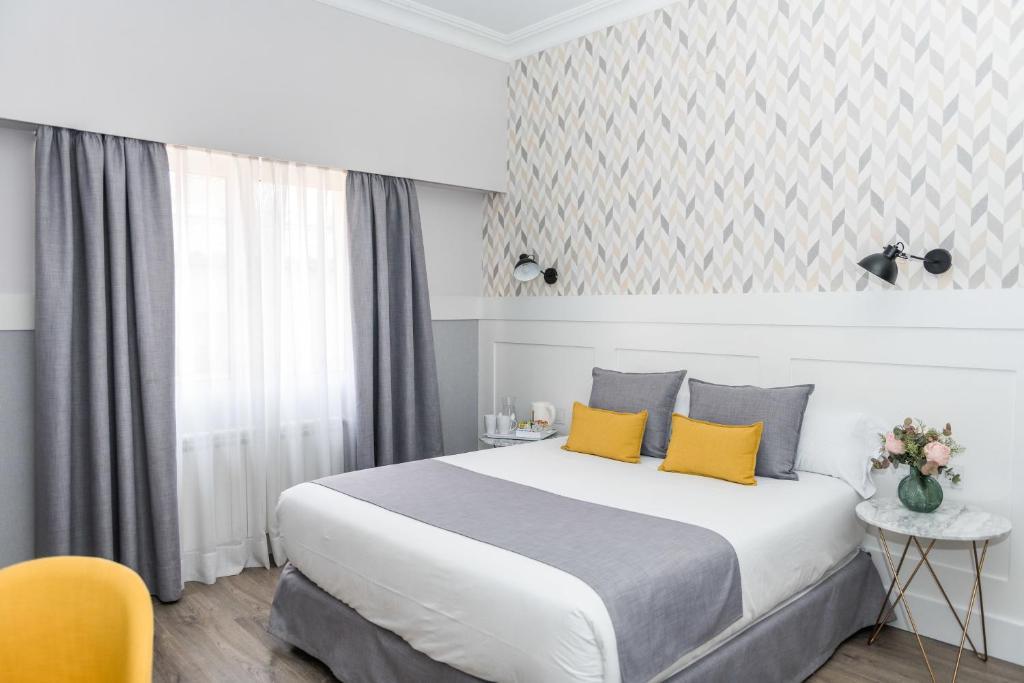 سرير أو أسرّة في غرفة في Velázquez 45 by Pillow