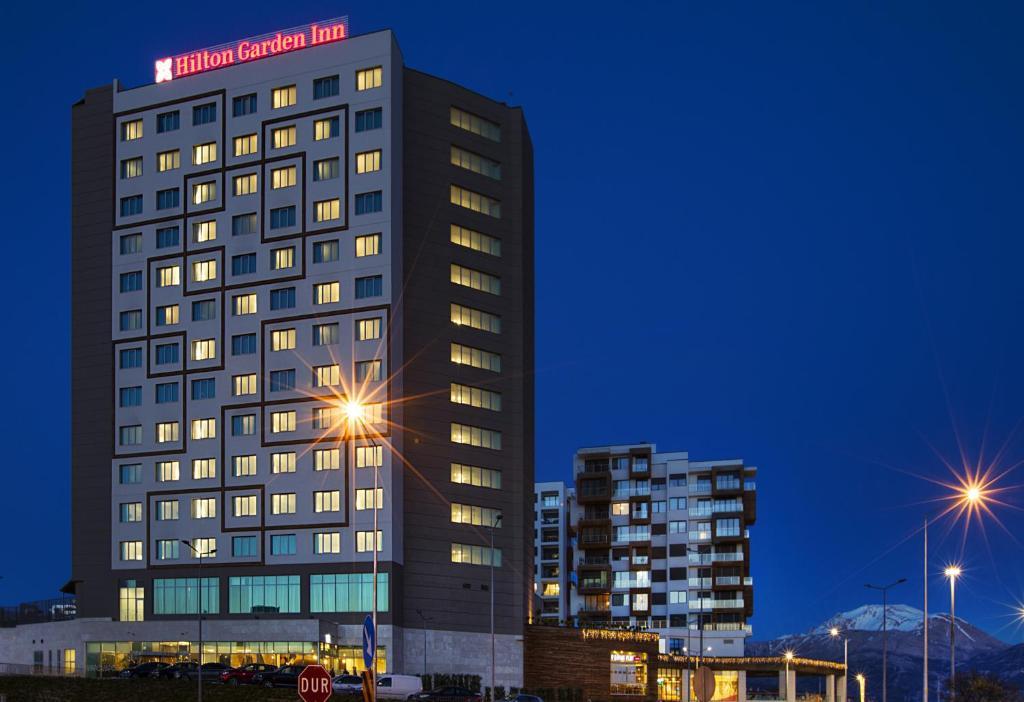 البناء الذي يحتوي الفندق