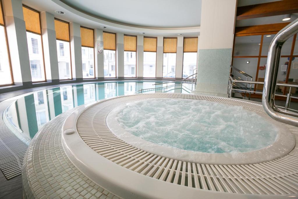 בריכת השחייה שנמצאת ב-VIP Apartamenty Stara Polana או באזור