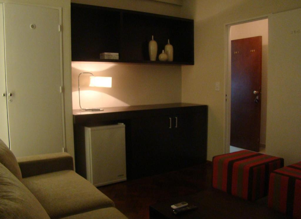 Una televisión o centro de entretenimiento en Crillon Hotel
