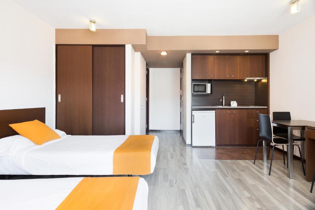 מטבח או מטבחון ב-Ginosi Basics Centric Apartel