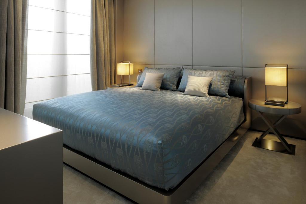 Armani hotel milano milan book your hotel with viamichelin for Armani hotel