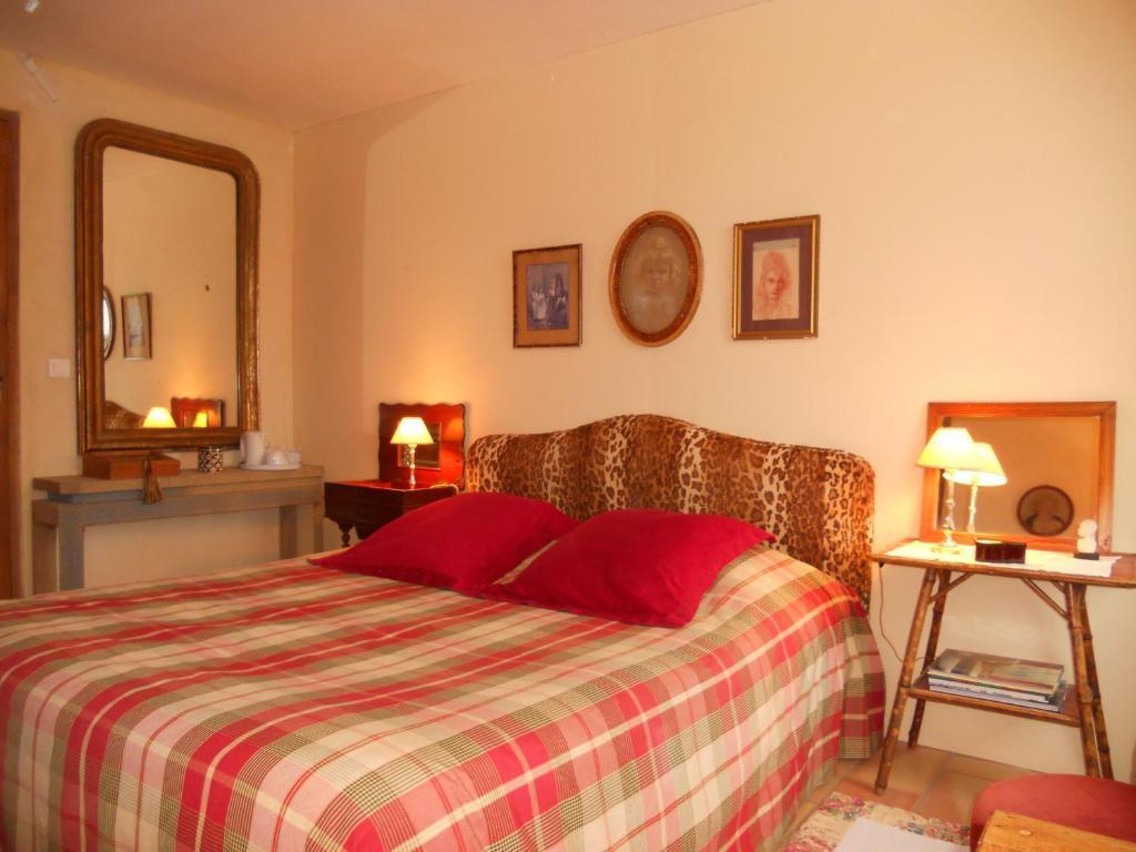 Chambres d 39 h tes le mas du caroubier chambres d 39 h tes - Chambre d hote saint quentin la poterie ...