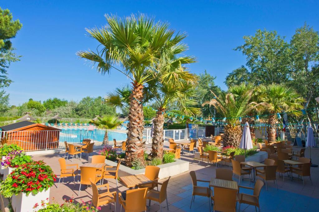 Azur va le grau du roi le grau du roi book your hotel for Lac salonique grau du roi