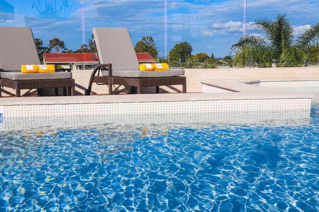 La pileta dentro o cerca de Iconic Kirra Beach Resort