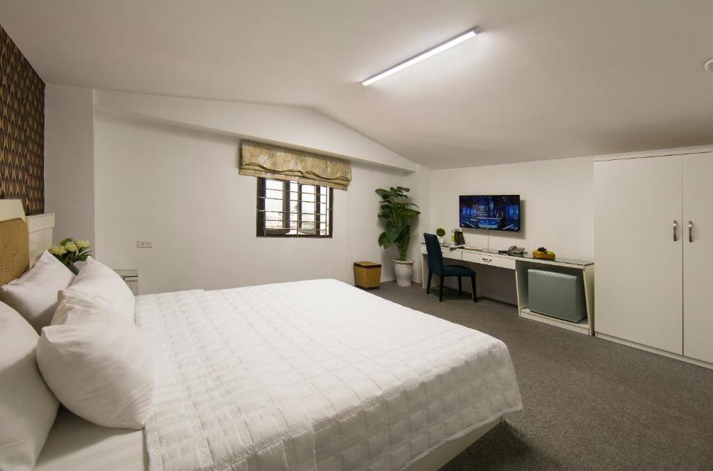 Phòng Giường Đôi Cơ Bản Với Phòng Tắm Nhỏ Và Tầm Nhìn Ra Hồ