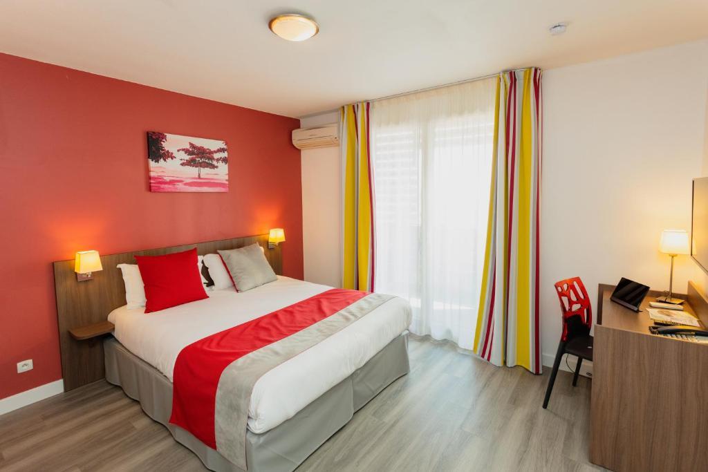 Cama ou camas em um quarto em Appart-Hôtel Mer & Golf City Perpignan Centre