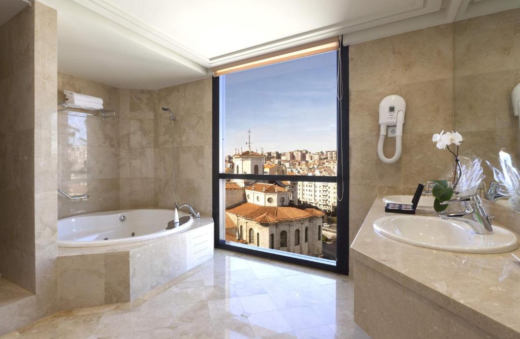 Hotel bah a santander reserva tu hotel con viamichelin for Habitaciones familiares santander