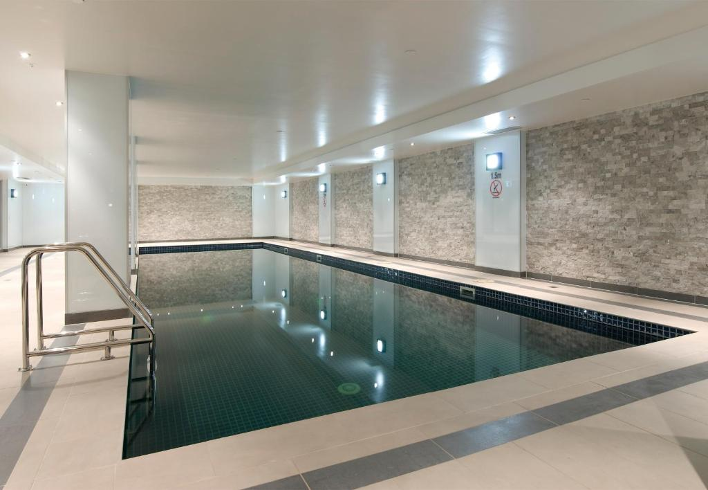 Atlantis hotel melbourne melbourne book your hotel for Private swimming pool melbourne