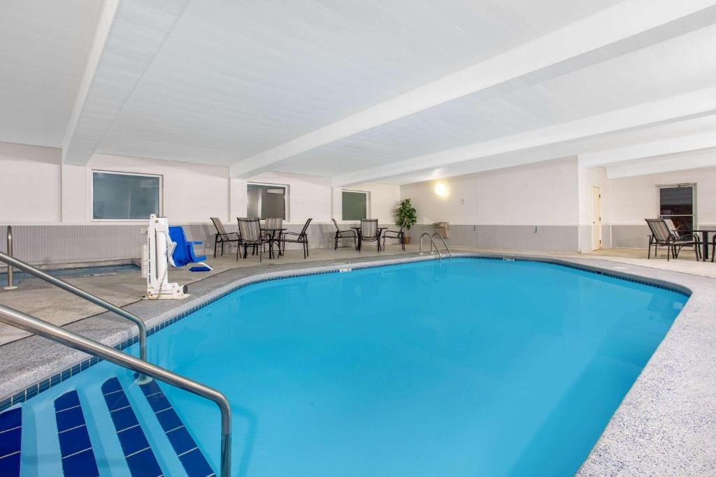Days inn by wyndham fond du lac 2019 for North fond du lac swimming pool