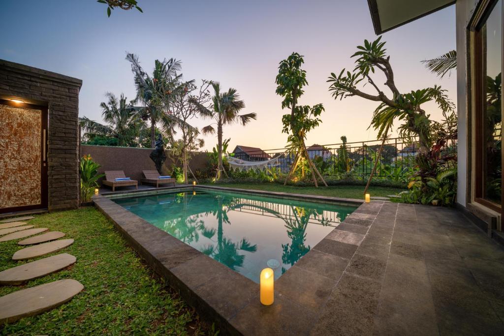 בריכת השחייה שנמצאת ב-Luxury Villa Jati או באזור