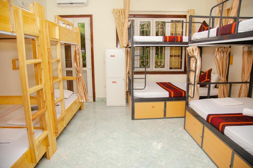 Giường trong Phòng ngủ Tập thể cho cả Nam và Nữ 8 Giường có Ban công