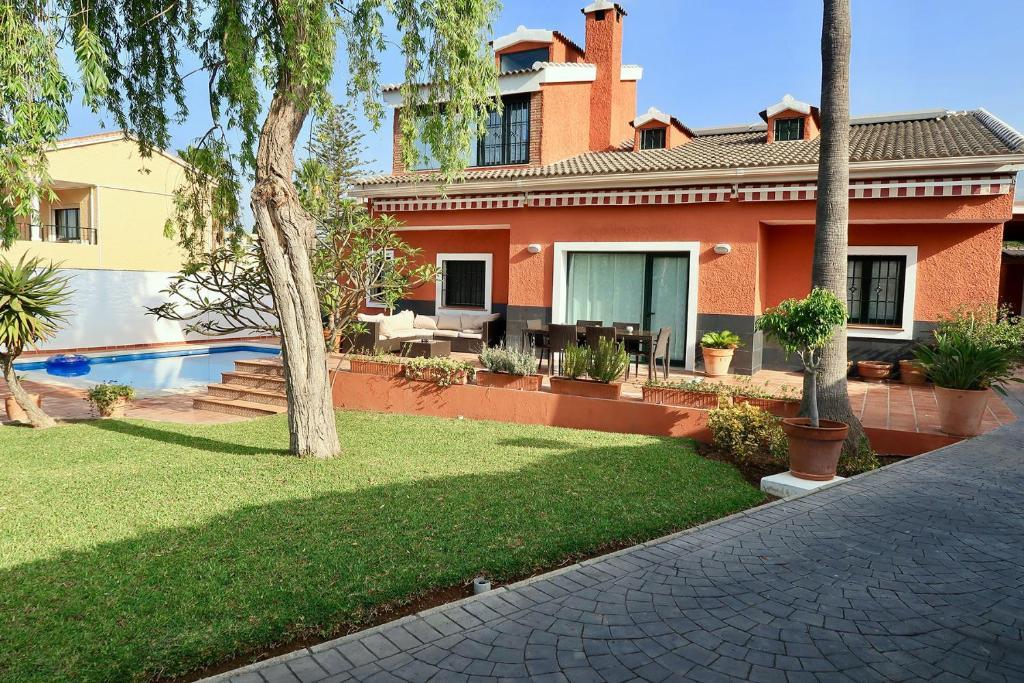 Casa de vacaciones casa de lujo con piscina y jard n for Casas de vacaciones en sevilla con piscina