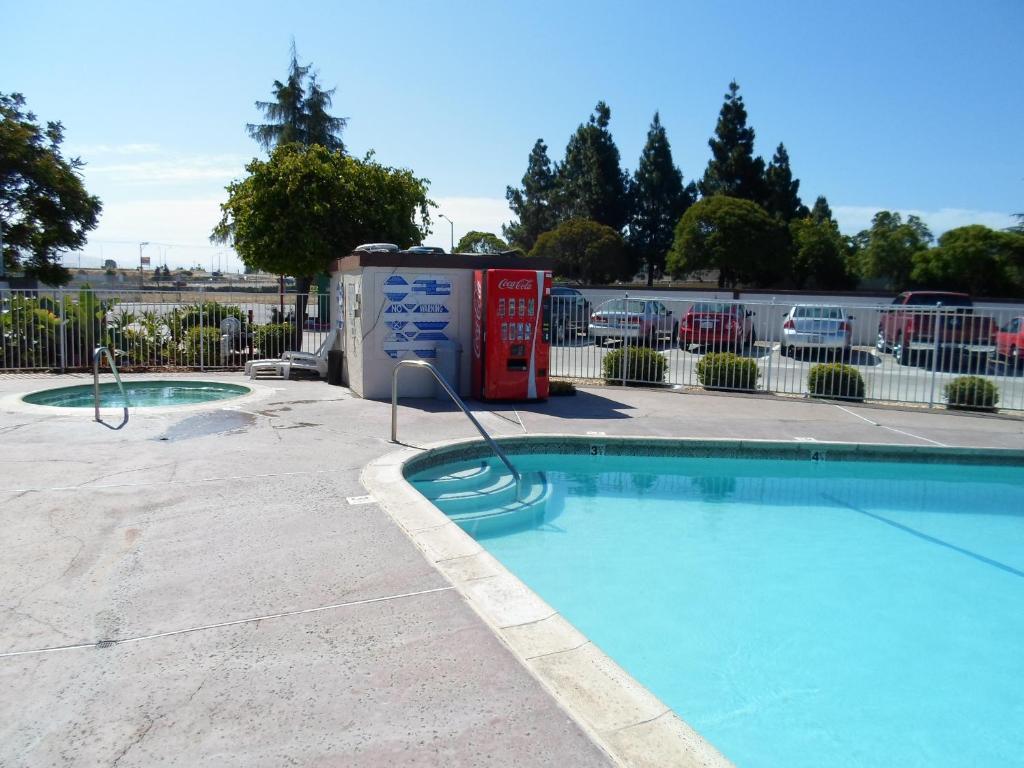 Ez 8 motel newark fremont reserva tu hotel con viamichelin for Motel con piscina privada