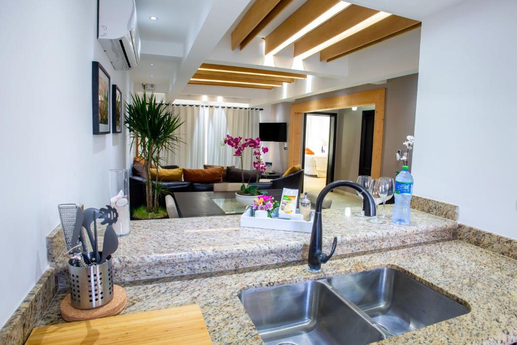 Una cocina o kitchenette en Chateau Del Mar Ocean Villa