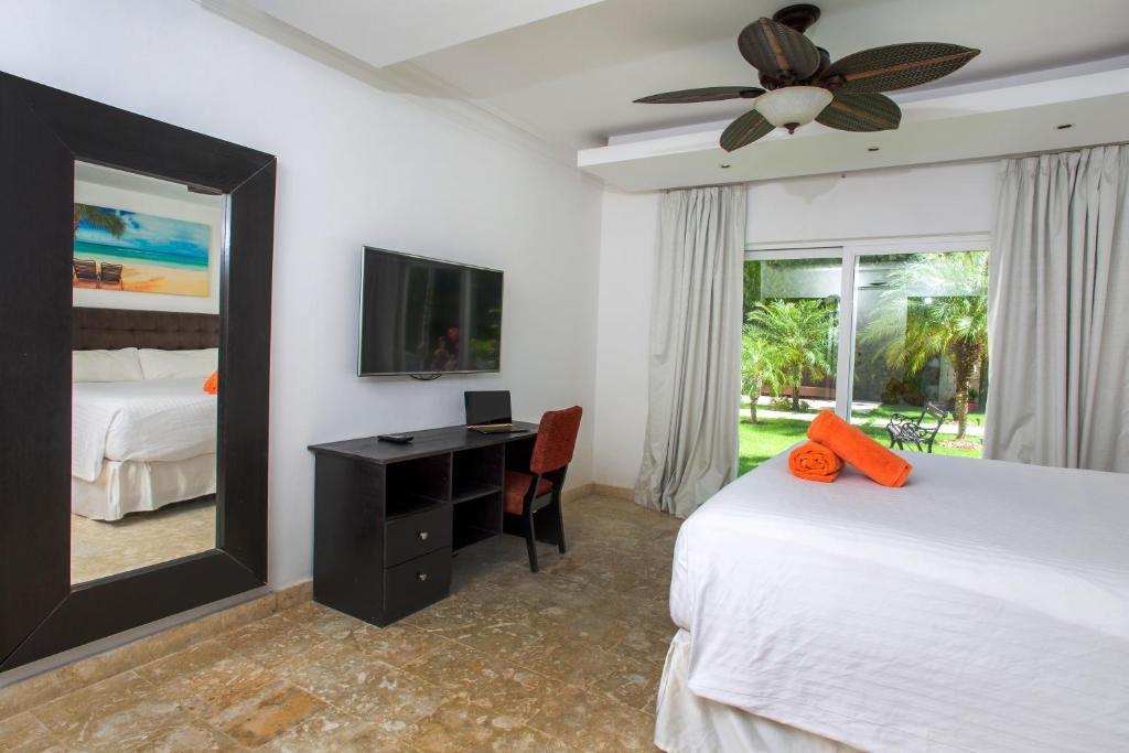 Una televisión o centro de entretenimiento en Chateau Del Mar Ocean Villa
