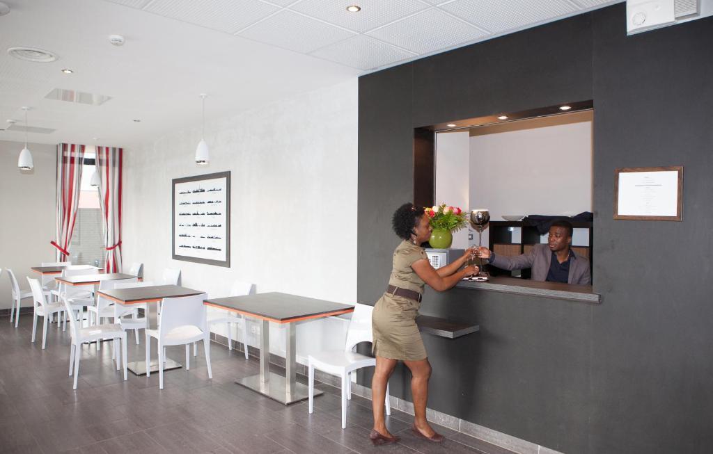 adonis paris sud r servation gratuite sur viamichelin. Black Bedroom Furniture Sets. Home Design Ideas