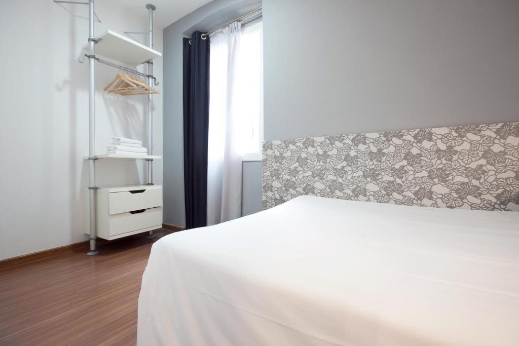 hostal nitzs bcn chambres d 39 h tes barcelone. Black Bedroom Furniture Sets. Home Design Ideas