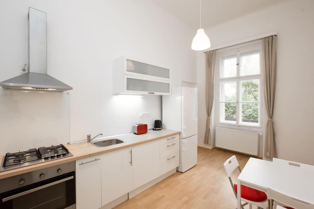 A cozinha ou cozinha compacta de Calm Vinohrady apartment 5 minutes from the centre