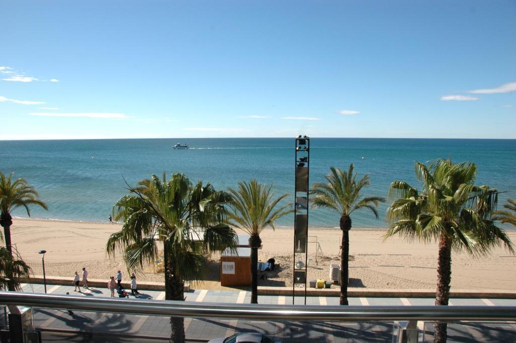 Apartamentos las palmas vii salou book your hotel with viamichelin - Apartamentos puerto rico las palmas ...